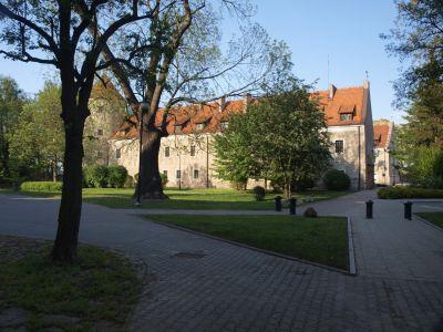 Zamek krzyżacki dzisiaj Urząd Miejski, POK i biblioteka