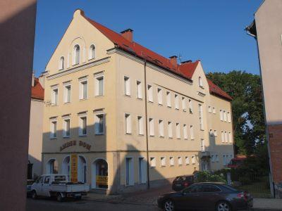 Efekt retrowersji budynku modernistyczego w obszarze Starego Miasta
