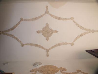 Zdobienia sufitu wewnątrz budynku przy ul. Piłsudskiego